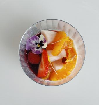 Panna cotta van bloedappelsien en rabarber