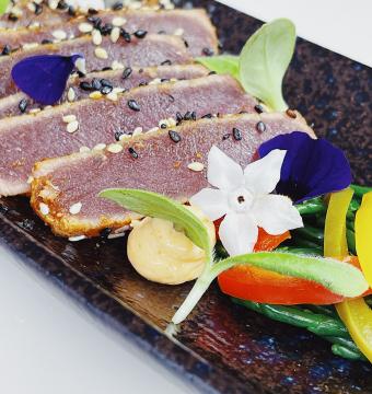 Tataki mi-cuit van rode tonijn met wasabi en soya